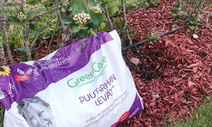 Marjapensaat ja lisäravinnesäkki, josta pensaat saavat vuotuista lisäravinnetta.