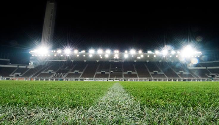 stadionin nurmikko iltavalaistuksessa