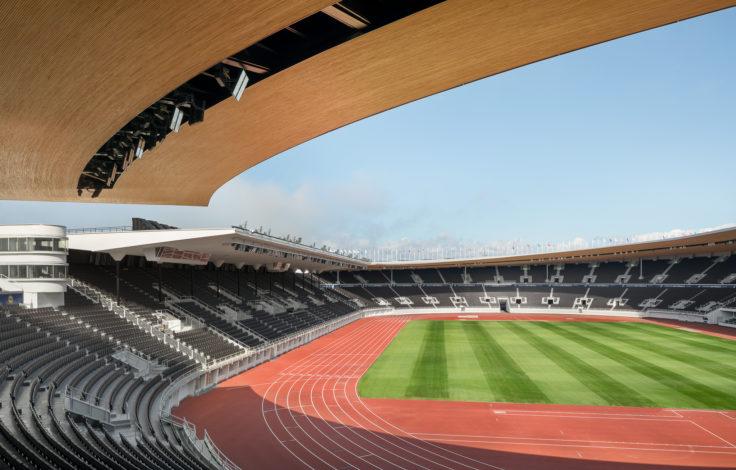Laajakulmakuva stadionin nurmelle